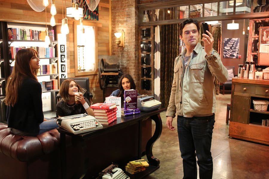 """PRETTY LITTLE LIARS - """"Bedlam"""" - The PLLs worry Ali is being tortured by """"Uber A"""" and turn to a potential enemy for help in """"Bedlam,"""" an all-new episode of Freeform's hit original series """"Pretty Little Liars,"""" airing TUESDAY, JUNE 28 (8:00 - 9:00 p.m. EDT). (Freeform/Ron Tom) TROIAN BELLISARIO, LUCY HALE, SHAY MITCHELL, IAN HARDING"""