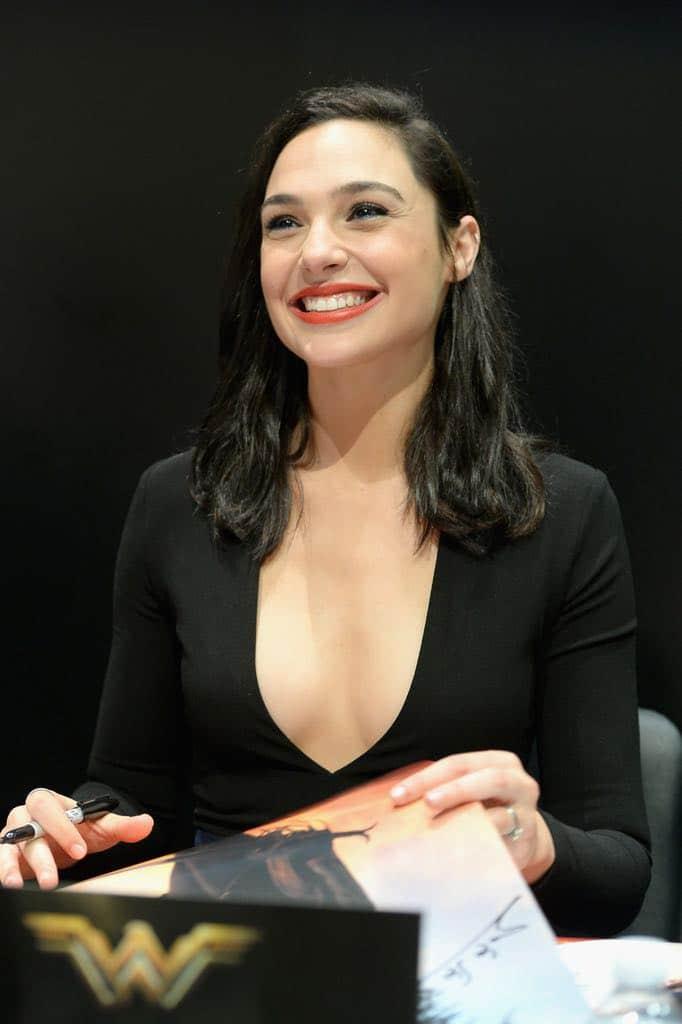 Gal Gadot Wonder Woman Comic Con Signing Autographs