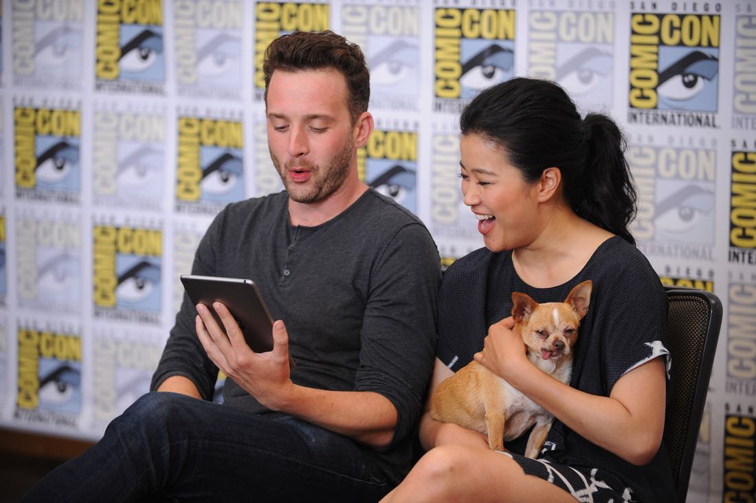 The cast of Scorpion goes live on Facebook with CBS Interactive at COMIC-CON® 2016 in San Diego, California.Pictured: Eddie Kaye Thomas and Jadyn Wong (holding Wilmer McPhee) Photo: Johnny Vy/CBS ©2016 CBS Broadcasting, Inc. All Rights Reserved