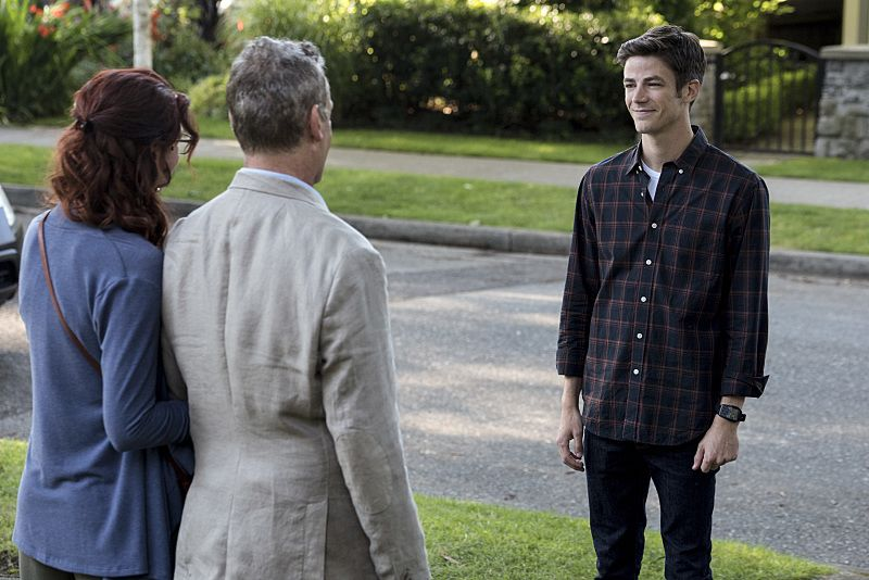 """The Flash -- """"Flashpoint"""" -- Image: FLA301a_0065b.jpg -- Pictured (L-R): Michelle Harrison as Nora Allen, John Wesley Shipp as Henry Allen and Grant Gustin as Barry Allen -- Photo: Katie Yu/The CW -- © 2016 The CW Network, LLC. All rights reserved."""