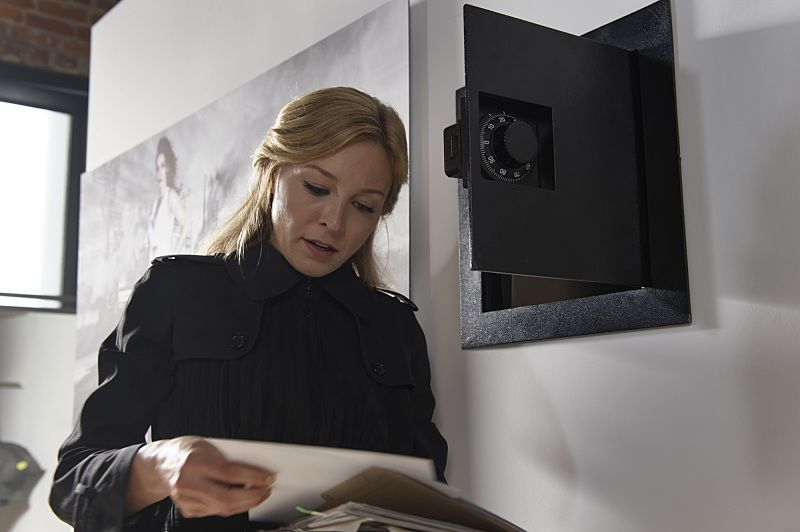 """""""The Veteran in a New Field"""" - The city is in a panic after the SBK's accomplice strikes again. As Alison enlists Brady's help to clear her name and find the real culprit, Tessa suspects that Madeline knows more than she's letting on and Cam is forced to make a decision about Sophie's custody of Jack, on AMERICAN GOTHIC, Wednesday, August 24 (10:00-11:00PM, ET/PT), on the CBS Television Network. Pictured: Juliet Rylance (Alison Hawthorne-Price) Photo: Ben Mark Holzberg/CBS ©2016 CBS Broadcasting, Inc. All Rights Reserved."""
