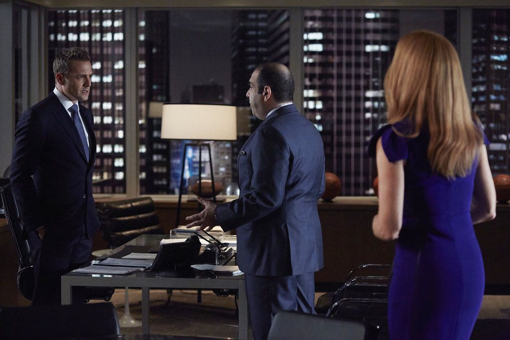 """SUITS -- """"Shake the Trees"""" Episode 607 -- Pictured: (l-r) Gabriel Macht as Harvey Specter, Rick Hoffman as Louis Litt -- (Photo by: Shane Mahood/USA Network)"""