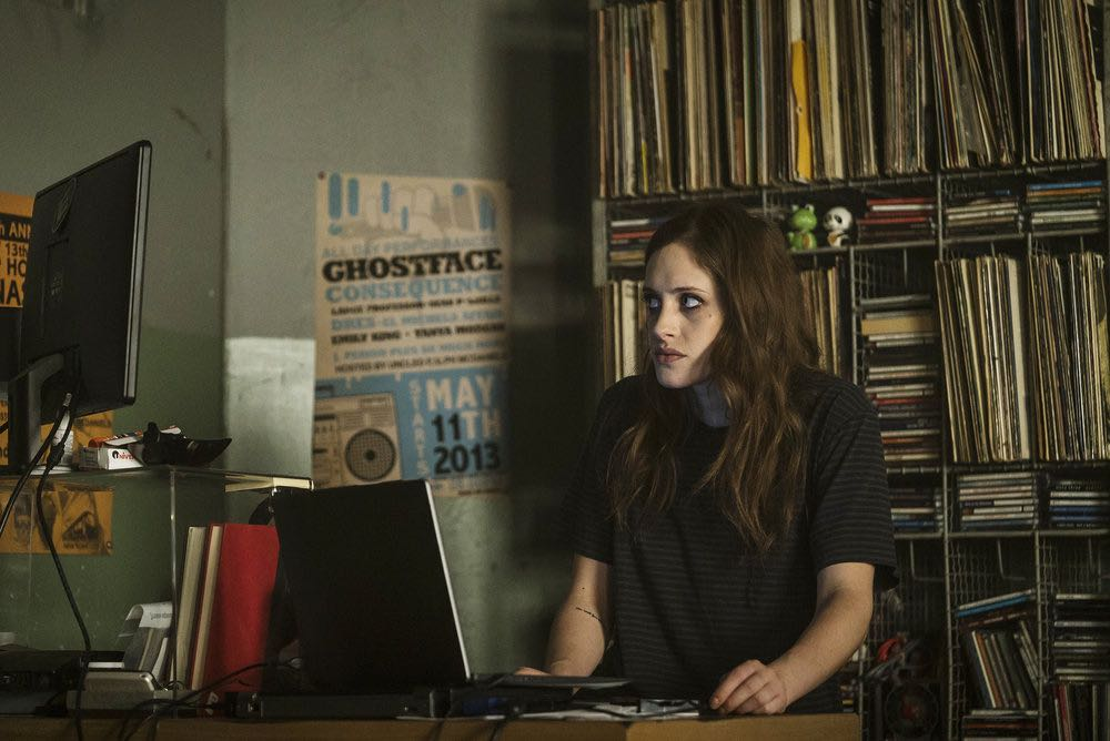 """MR. ROBOT -- """"eps2.6_succ3ss0r.p12"""" Episode 208 -- Pictured: Carly Chaikin as Darlene -- (Photo by: Michael Parmelee/USA Network)"""