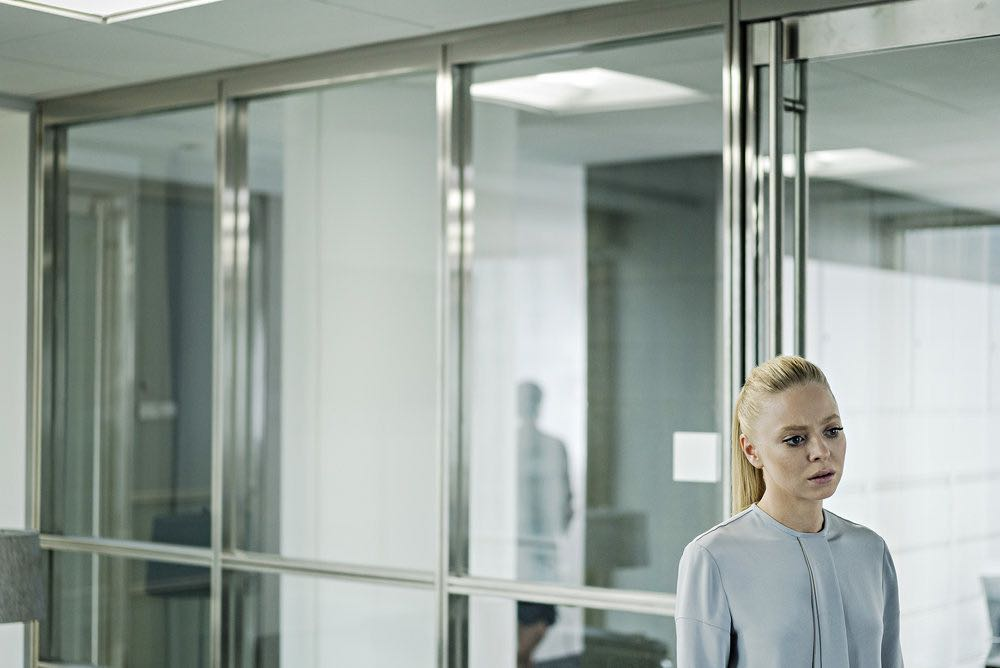 """MR. ROBOT -- """"eps2.5_h4ndshake.sme"""" Episode 207 -- Pictured: Portia Doubleday as Angela Moss -- (Photo by: Michael Parmelee/USA Network)"""