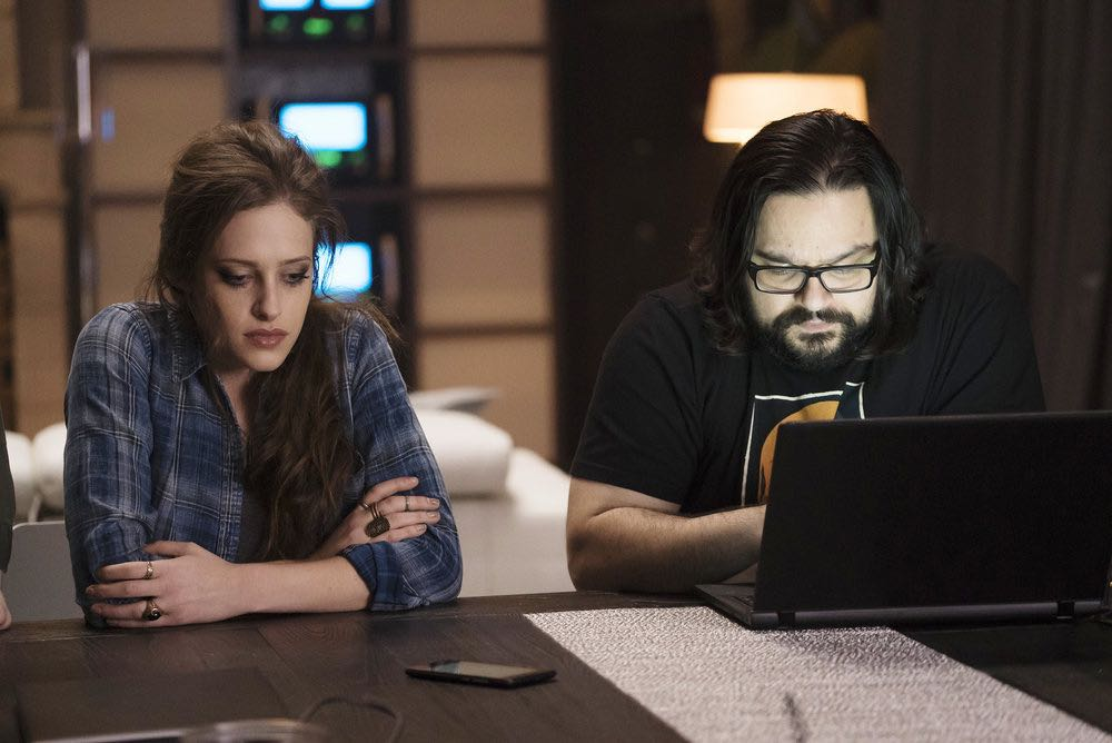 """MR. ROBOT -- """"eps2.5_h4ndshake.sme"""" Episode 207 -- Pictured: (l-r) Carly Chaikin as Darlene, Azar Khan as Mobley -- (Photo by: Peter Kramer/USA Network)"""