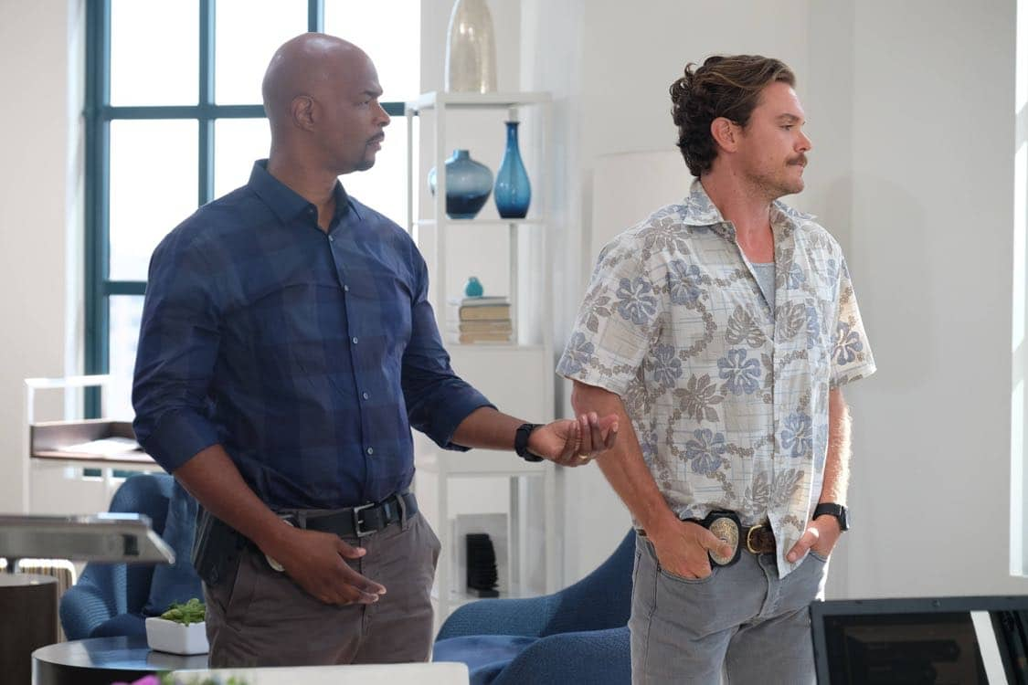 """LETHAL WEAPON: Pictured L-R: Damon Wayans and Clayne Crawford in the """"Best Buds"""" episode of LETHAL WEAPON airing Wednesday, Oct. 5 (8:00-9:00 PM ET/PT) on FOX. ©2016 Fox Broadcasting Co. CR: Darren Michaels/FOX"""