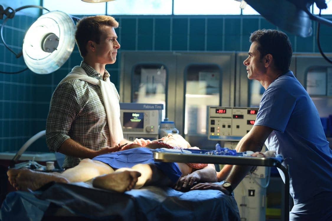 """SCREAM QUEENS: L-R: Glen Powell and John Stamos in the all-new """"Warts and All"""" episode of SCREAM QUEENS airing Tuesday, Sep. 27 (9:01-10:00 PM ET/PT) on FOX. Cr: Michael Becker / FOX. © 2016 FOX Broadcasting Co."""