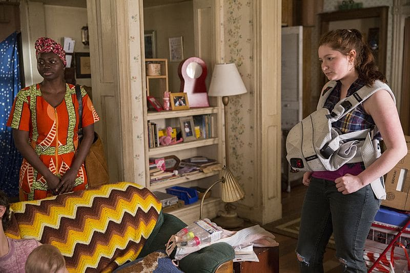 Abena Ansah as Jolayemi and Emma Kenney as Debbie Gallagher in Shameless (Season 7, episode 1) - Photo: Cliff Lipson/SHOWTIME - Photo ID: shameless_701_1989