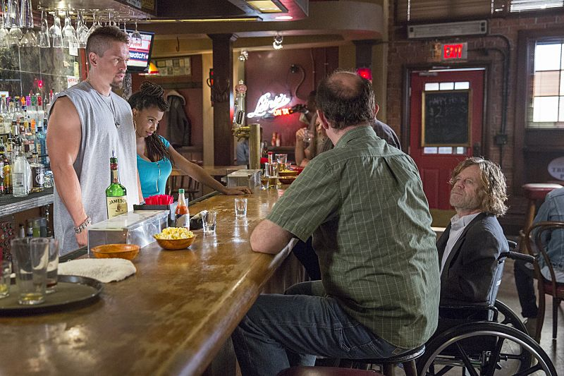 Steve Howey as Kevin Ball, Shanola Hampton as Veronica Fisher and William H. Macy as Frank Gallagher in Shameless (Season 7, episode 1) - Photo: Cliff Lipson/SHOWTIME - Photo ID: shameless_701_3361
