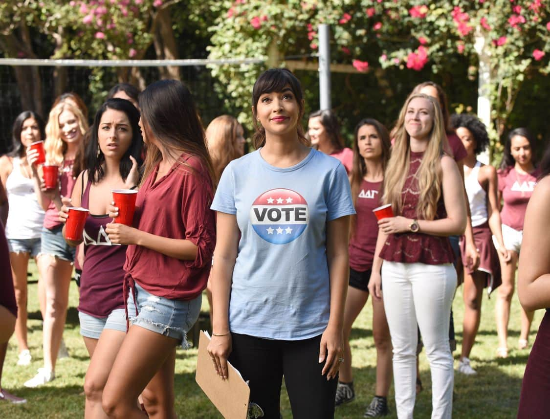 """NEW GIRL:   Hannah Simone (C) in the """"Hubbedy Bubby"""" episode of NEW GIRL airing Tuesday, Sept. 27 (8:30-9:00 PM ET/PT) on FOX.  ©2016 Fox Broadcasting Co.  Cr:  Ray Mickshaw/FOX"""
