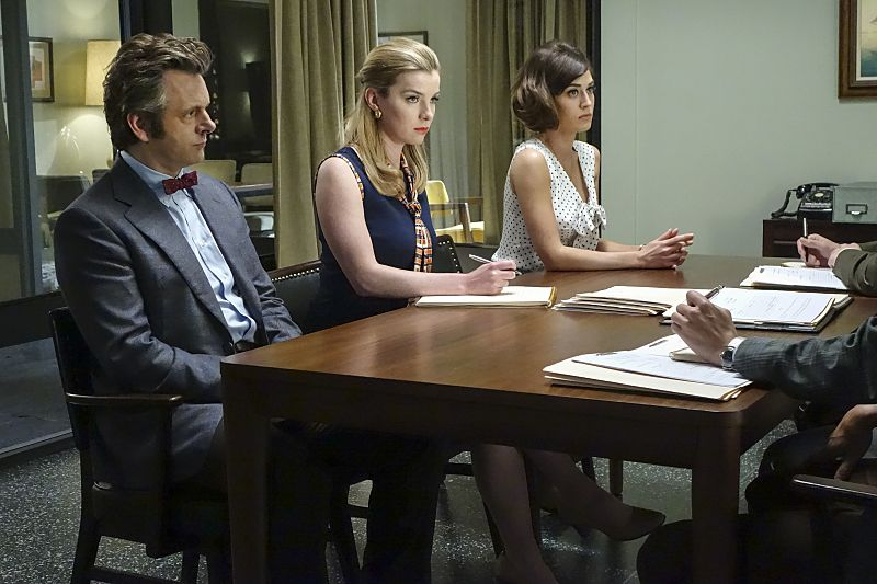 Michael Sheen as Dr. William Masters, Betty Gilpin as Nancy and Lizzy Caplan as Virginia Johnson in Masters of Sex (season 4, episode 3) - Photo: Warren Feldman/SHOWTIME - Photo ID: MastersofSex_403_0158