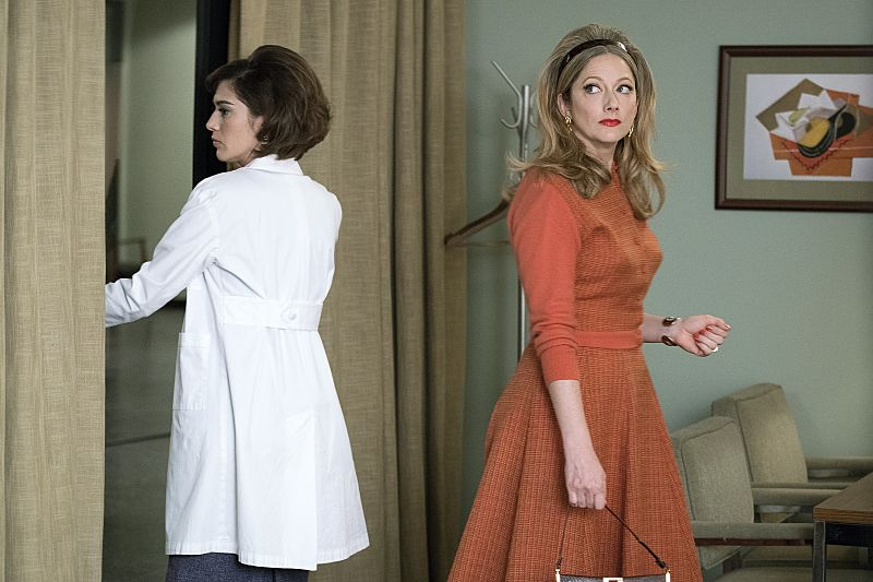 Lizzy Caplan as Virginia Johnson and Judy Greer as Alice in Masters of Sex (season 4, episode 3) - Photo: Warren Feldman/SHOWTIME - Photo ID: MastersofSex_403_0020