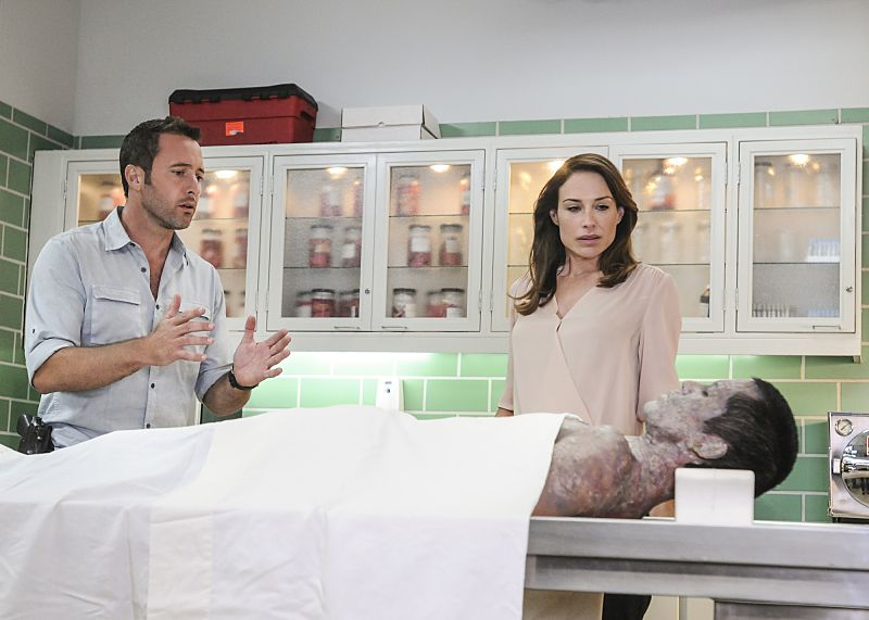 """""""He Moho Hou"""" -- When FBI Profiler Alicia Brown (Claire Forlani) finds a body in her bed, she is forced to join McGarrett in the hunt for the chess-piece killer. Also, Kono reconnects with a former surfing competitor (Kanya Sesser), who is now a disabled and homeless war vet, on HAWAII FIVE-0, Friday, Oct. 7 (9:00-10:00 PM, ET/PT), on the CBS Television Network. Elizabeth Röhm also guest stars as a police psychiatrist, Dr. Madison Gray. (""""He Moho Hou"""" is Hawaiian for """"New Player"""") Pictured Left to Right: Alex O'Loughlin as Steve McGarret and Claire Forlani as Alicia Brown. Photo: Norman Shapiro/CBS ©2016 CBS Broadcasting, Inc. All Rights Reserved"""