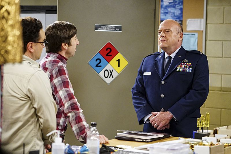 """""""The Military Miniaturization"""" -- Pictured: Howard Wolowitz (Simon Helberg) and Colonel Williams (Dean Norris). Colonel Williams (Dean Norris), an Air Force representative from the Department of Material Command sits down to talk with Wolowitz, on THE BIG BANG THEORY, Monday, Sept. 26 (8:00-8:30, ET/PT), on the CBS Television Network. Photo: Sonja FlemmingCBS ©2016 CBS Broadcasting, Inc. All Rights Reserved."""
