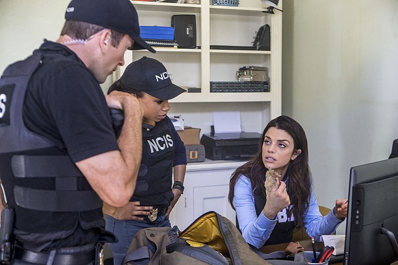 """""""Suspicious Minds"""" -- Pride faces further backlash from the FBI when he helps former Navy Intelligence Analyst Elvis Bertrand (Tom Arnold), who is the lead suspect in a multiple homicide case, on NCIS: NEW ORLEANS, Tuesday, Sept. 27 (10:00-11:00 PM, ET/PT), on the CBS Television Network. Pictured L-R: Lucas Black as Special Agent Christopher LaSalle, Shalita Grant as Sonja Percy, and Vanessa Ferlito as FBI Special Agent Tammy Gregorio Photo: Skip Bolen/CBS ©2016 CBS Broadcasting, Inc. All Rights Reserved"""