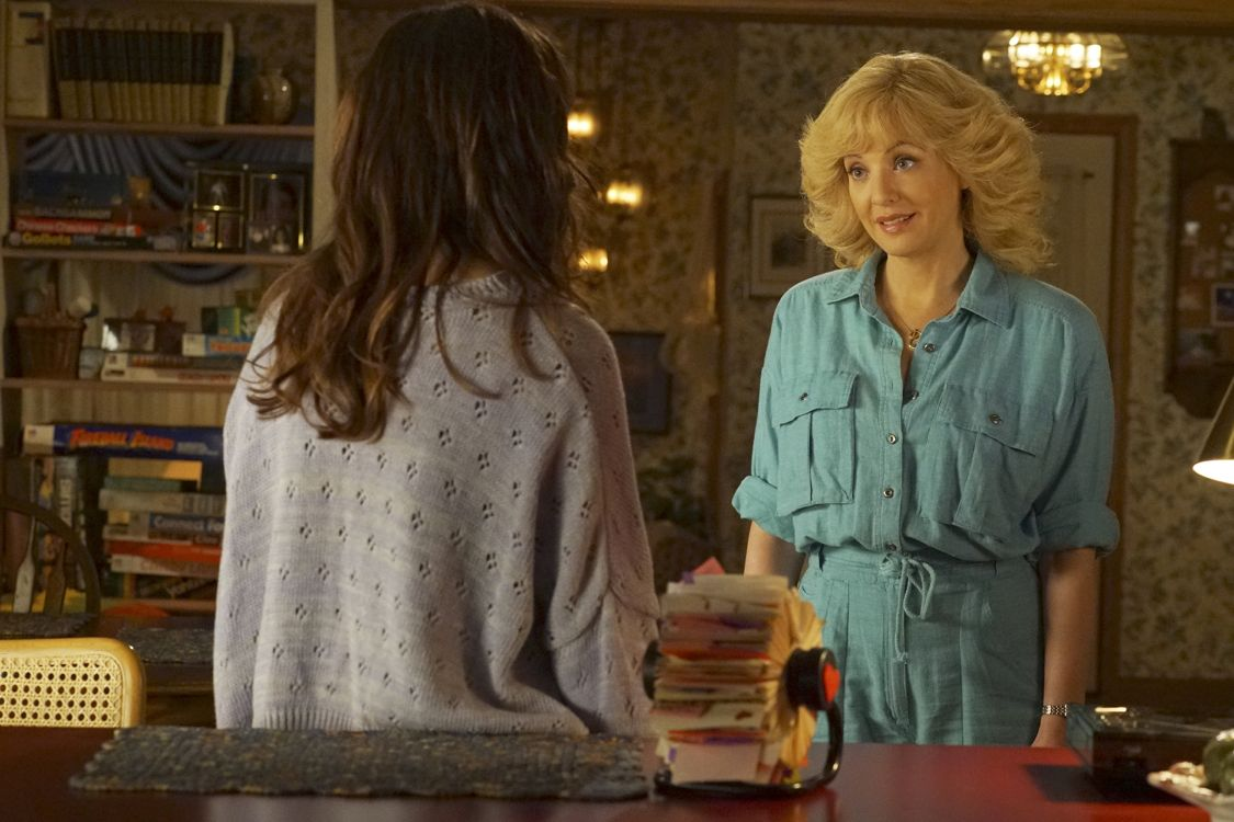 """THE GOLDBERGS -""""Physical Education Education"""" - Erica and Lainey try to find Bill a woman of interest by using new technology for dating. They recruit Adam to create a demo reel, but Beverly insists she will find someone the old fashioned way. Meanwhile, after a """"failed"""" aptitude test, Barry decides he wants to be a gym teacher and becomes Coach Mellor's apprentice, on """"The Goldbergs,"""" WEDNESDAY, SEPTEMBER 28 (8:00-8:30 p.m. EDT), on the ABC Television Network. (ABC/Byron Cohen) WENDI MCLENDON-COVEY"""