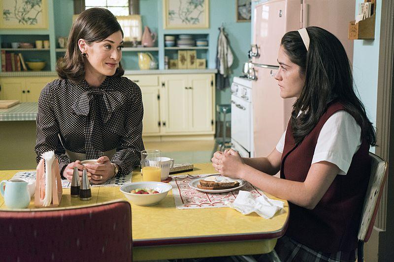 Lizzy Caplan as Virginia Johnson and Isabelle Fuhrman as Tessa in Masters of Sex (season 4, episode 2) - Photo: Warren Feldman/SHOWTIME - Photo ID: MastersofSex_402_0466