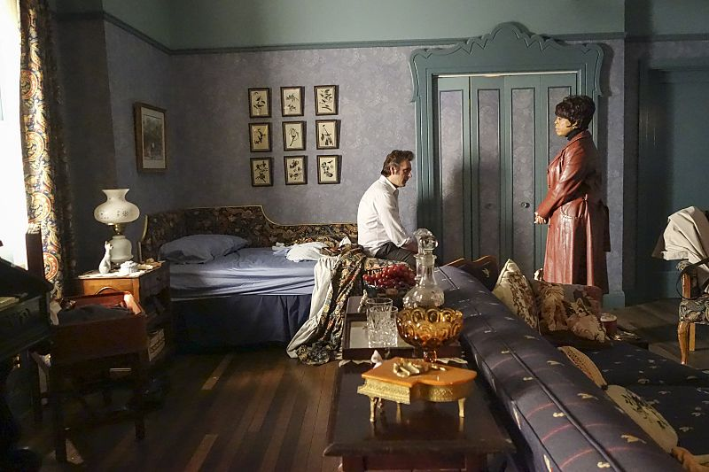 Michael Sheen as Dr. William Masters and Niecy Nash as Louise Bell in Masters of Sex (season 4, episode 2) - Photo: Warren Feldman/SHOWTIME - Photo ID: MastersofSex_402_0301