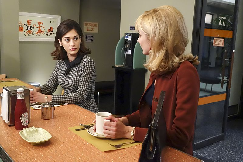 Lizzy Caplan as Virginia Johnson and Caitlin Fitzgerald as Libby Masters in Masters of Sex (season 4, episode 2) - Photo: Warren Feldman/SHOWTIME - Photo ID: MastersofSex_402_0104
