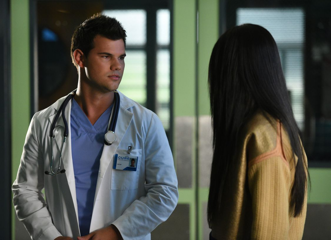 """SCREAM QUEENS: L-R: Taylor Lautner and Keke Palmer in the all-new """"Scream Again"""" season premiere episode of SCREAM QUEENS airing Tuesday, Sept. 20 (9:01-10:00 PM ET/PT) on FOX. Cr: Michael Becker / FOX. © 2016 Fox Broadcasting Co."""