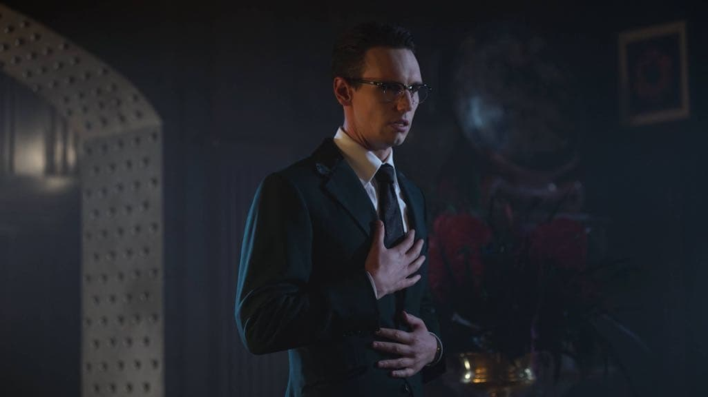 """GOTHAM: Cory Michael Smith in the """"Mad City: Red Queen"""" episode of GOTHAM airing Monday, Oct. 31 (8:00-9:01 PM ET/PT) on FOX. ©2016 Fox Broadcasting Co. Cr: Nicole Rivelli/FOX."""