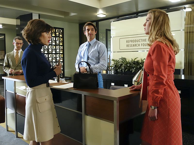 Jeremy Strong as Art, Lizzy Caplan as Virginia Johnson, Nick Clifford as Guy and Betty Gilpin as Nancy in Masters of Sex (season 4, episode 8) - Photo: Warren Feldman/SHOWTIME - Photo ID: MastersofSex_408_0290