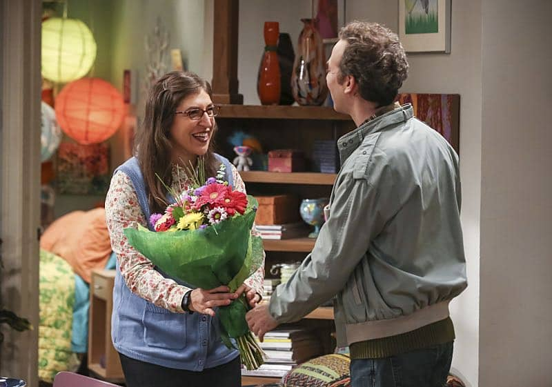 """The Fetal Kick Catalyst"" -- Pictured: Amy Farrah Fowler (Mayim Bialik) and Kevin Sussman (Stuart). Penny is surprised to learn she has fans of her performance in ""Serial Ape-ist"" when she attends Van Nuys Comic Con with Leonard. Also, Amy hosts a Sheldon-style brunch at Penny's apartment and Wolowitz makes an impulsive purchase when he starts stressing out about the baby on the way, when THE BIG BANG THEORY moves to its regular time period, Thursday, Oct. 27 (8:00-8:31 PM, ET/PT), on the CBS Television Network. Photo: Michael Yarish/Warner Bros. Entertainment Inc. © 2016 WBEI. All rights reserved."