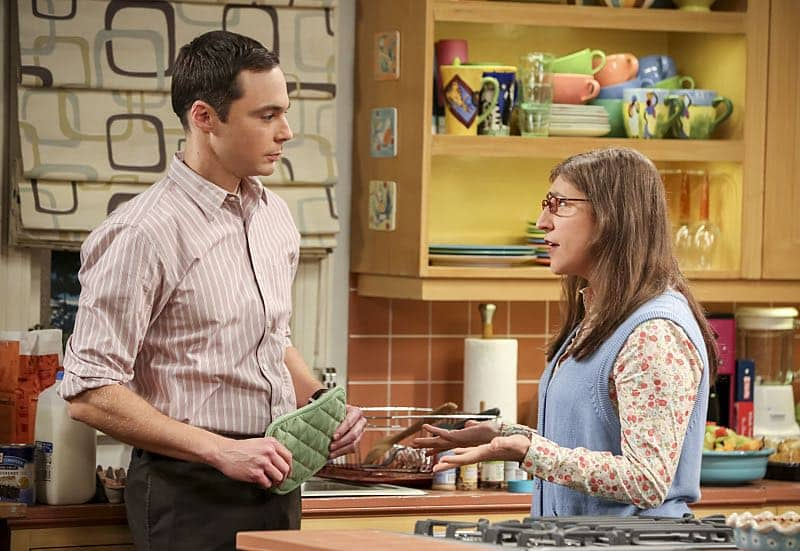 """The Fetal Kick Catalyst"" -- Pictured: Sheldon Cooper (Jim Parsons) and Amy Farrah Fowler (Mayim Bialik). Penny is surprised to learn she has fans of her performance in ""Serial Ape-ist"" when she attends Van Nuys Comic Con with Leonard. Also, Amy hosts a Sheldon-style brunch at Penny's apartment and Wolowitz makes an impulsive purchase when he starts stressing out about the baby on the way, when THE BIG BANG THEORY moves to its regular time period, Thursday, Oct. 27 (8:00-8:31 PM, ET/PT), on the CBS Television Network. Photo: Michael Yarish/Warner Bros. Entertainment Inc. © 2016 WBEI. All rights reserved."