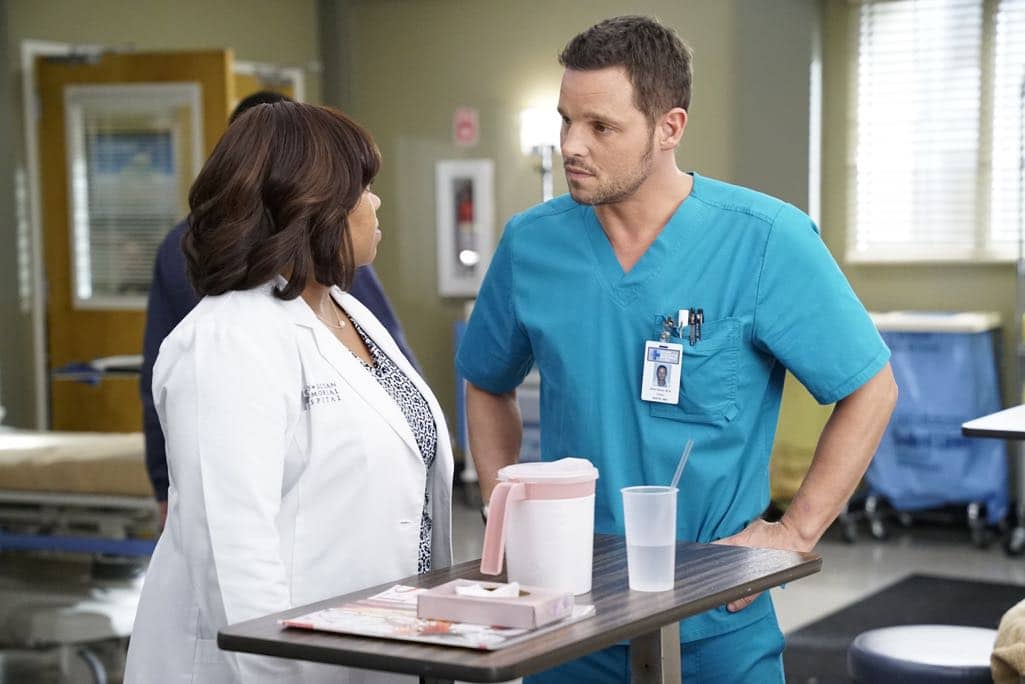 """GREY'S ANATOMY - """"Roar"""" - A familiar face returns to Grey Sloan, throwing many of the doctors for a loop. With Catherine putting on the pressure, Bailey has to make a decision about Alex while a tough ER case makes Amelia's bad day even worse, on """"Grey's Anatomy,"""" THURSDAY, OCTOBER 27 (8:00-9:00 p.m. EDT), on the ABC Television Network. (ABC/Jennifer Clasen) CHANDRA WILSON, JUSTIN CHAMBERS"""