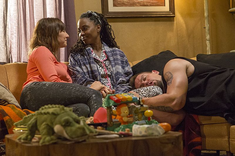 Isidora Goreshter as Svetlana, Shanola Hampton as Veronica Fisher and Steve Howey as Kevin Ball in Shameless (Season 7, episode 3) - Photo: Paul Sarkis/SHOWTIME - Photo ID: shameless_703_3919