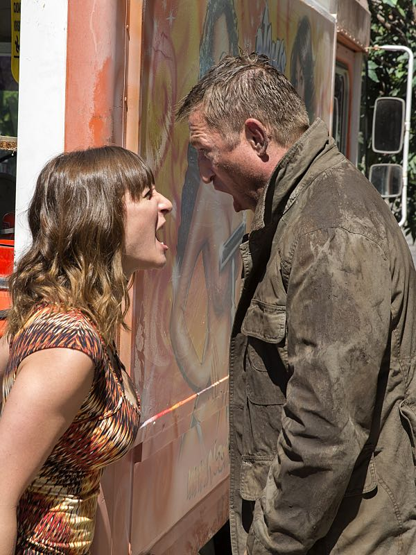 Isidora Goreshter as Svetlana and Pasha D. Lychnikoff as Yvan in Shameless (Season 7, episode 3) - Photo: Cliff Lipson/SHOWTIME - Photo ID: shameless_703_2371