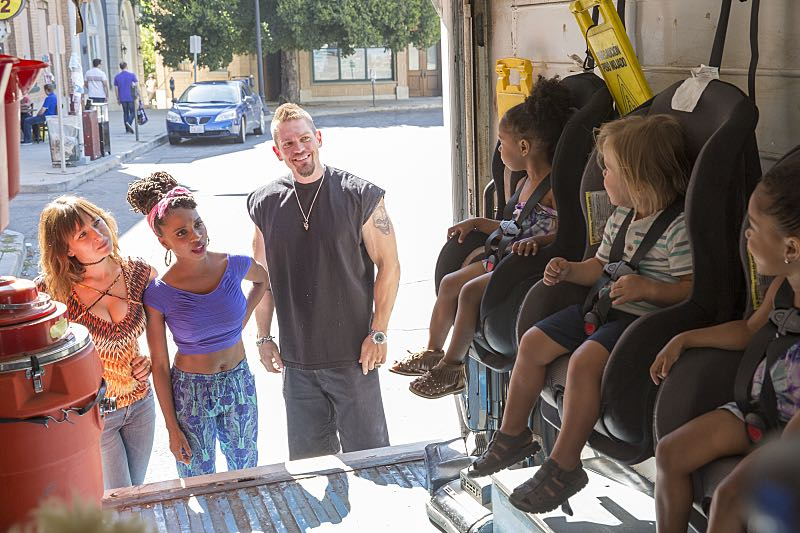 Isidora Goreshter as Svetlana, Shanola Hampton as Veronica Fisher and Steve Howey as Kevin Ball in Shameless (Season 7, episode 3) - Photo: Cliff Lipson/SHOWTIME - Photo ID: shameless_703_2199
