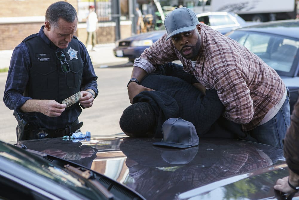 """CHICAGO P.D. -- """"A War Zone"""" Episode 404 -- Pictured: (l-r) Jason Beghe as Hank Voight, LaRoyce Hawkins as Kevin Atwater -- (Photo by: Parrish Lewis/NBC)"""