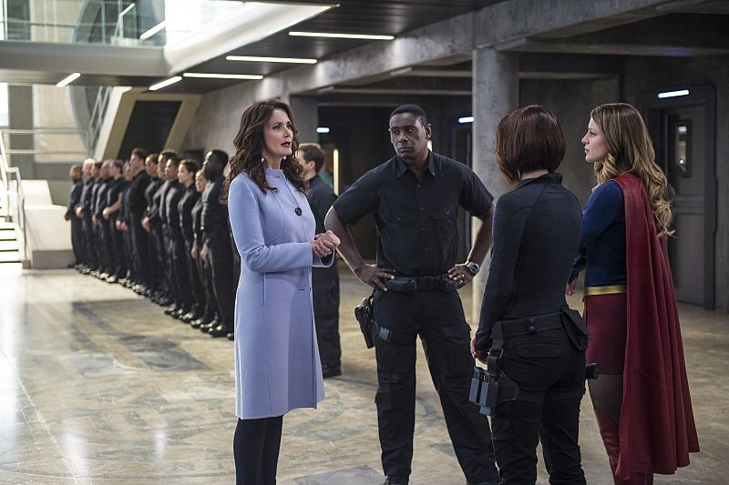 """Supergirl -- """"Welcome to Earth"""" -- Image SPG203c_0110 -- Pictured (L-R): Lynda Carter as President Olivia Marsdin, David Harewood as Hank Henshaw, Chyler Leigh as Alex Danvers, and Melissa Benoist as Kara/Supergirl, -- Photo: Diyah Pera/The CW -- © 2016 The CW Network, LLC. All Rights Reserved"""