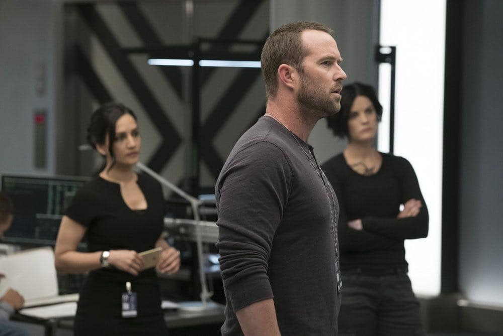 "BLINDSPOT -- ""Condone Untidiest Thefts"" Episode 205 -- Pictured: (l-r) Sullivan Stapleton as Kurt Weller, Archie Panjabi as Nas Kamal, Jaimie Alexander as Jane Doe -- (Photo by: Peter Kramer/NBC)"