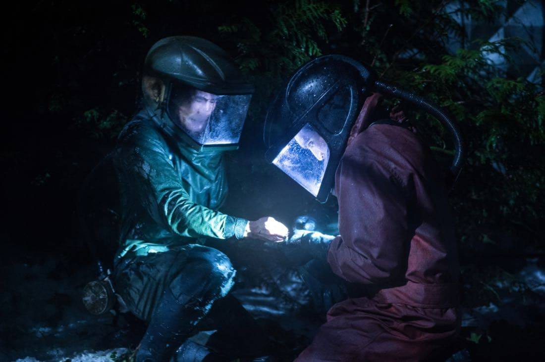 "The 100 -- ""Praimfaya"" -- Image HU413b_0335 -- Pictured (L-R): Chris Larkin as Monty and Richard Harmon as Murphy -- Credit: Diyah Pera/The CW -- © 2017 The CW Network, LLC. All Rights Reserved"