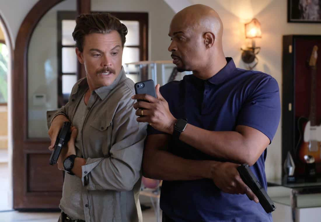 "LETHAL WEAPON: Pictured L-R: Clayne Crawford and Damon Wayans in the ""Born To Run"" episode of LETHAL WEAPON airing Tuesday, Oct. 10 (8:00-9:00 PM ET/PT) on FOX. ©2017 Fox Broadcasting Co. CR: Darren Michaels/FOX"