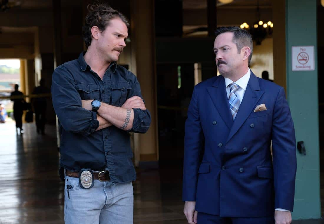 """LETHAL WEAPON: Pictured L-R: Clayne Crawford and guest star Thomas Lennon in the """"Let it Ride"""" episode of LETHAL WEAPON airing Tuesday, Oct. 31 (8:00-9:00 PM ET/PT) on FOX. ©2017 Fox Broadcasting Co. CR: Darren Michaels/FOX"""