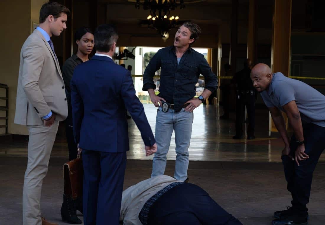 """LETHAL WEAPON: Pictured L-R:  Guest star Andrew Creer, Michelle MItchenore, guest star Thomas Lennon, Clayne Crawford and Damon Wayans in the """"Let it Ride"""" episode of LETHAL WEAPON airing Tuesday, Oct. 31  (8:00-9:00 PM ET/PT) on FOX. ©2017 Fox Broadcasting Co. CR: Darren Michaels/FOX"""