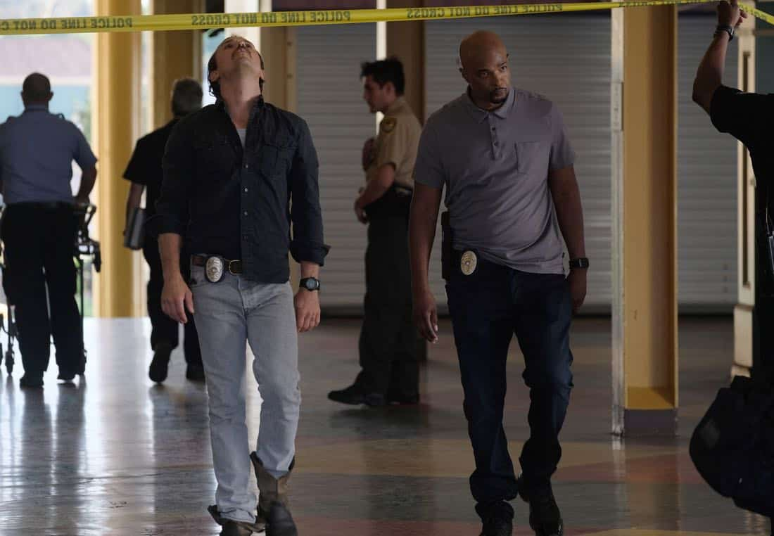 """LETHAL WEAPON: Pictured L-R: Clayne Crawford and Damon Wayans in the """"Let it Ride"""" episode of LETHAL WEAPON airing Tuesday, Oct. 31 (8:00-9:00 PM ET/PT) on FOX. ©2017 Fox Broadcasting Co. CR: Darren Michaels/FOX"""