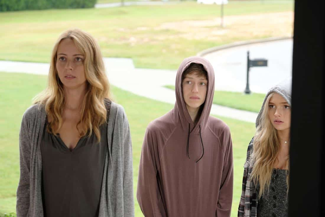 "THE GIFTED: L-R: Amy Acker, Percy Hynes White and Natalie Alyn Lind in the ""eXodus"" episode of THE GIFTED airing Monday, Oct. 16 (9:00-10:00 PM ET/PT) on FOX. ©2017 Fox Broadcasting Co. Cr: Eliza Morse/FOX"