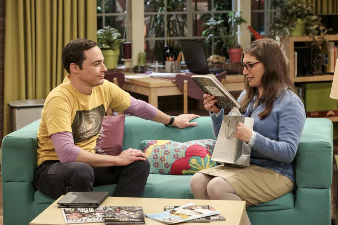 """""""The Collaboration Contamination"""" -- Pictured: Sheldon Cooper (Jim Parsons) and Amy Farrah Fowler (Mayim Bialik). Sheldon and Koothrappali confide in Bernadette when they can't handle Amy and Wolowitz working together. Also, Penny and Leonard learn new tactics for how to deal Sheldon from an unlikely source, on THE BIG BANG THEORY, Monday, Oct. 23 (8:00-8:31 PM, ET/PT) on the CBS Television Network. Photo: Michael Yarish/Warner Bros. Entertainment Inc. © 2017 WBEI. All rights reserved."""
