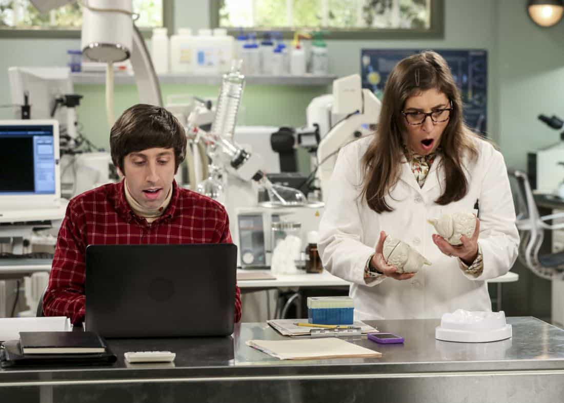 """""""The Collaboration Contamination"""" -- Pictured: Howard Wolowitz (Simon Helberg) and Amy Farrah Fowler (Mayim Bialik). Sheldon and Koothrappali confide in Bernadette when they can't handle Amy and Wolowitz working together. Also, Penny and Leonard learn new tactics for how to deal Sheldon from an unlikely source, on THE BIG BANG THEORY, Monday, Oct. 23 (8:00-8:31 PM, ET/PT) on the CBS Television Network. Photo: Michael Yarish/Warner Bros. Entertainment Inc. © 2017 WBEI. All rights reserved."""