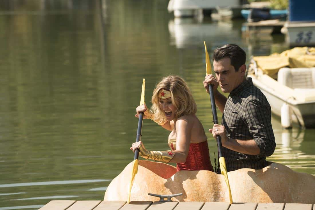 """MODERN FAMILY """"It's the Great Pumpkin, Phil Dunphy"""" JULIE BOWEN/Claire In Wonder Woman Costume"""