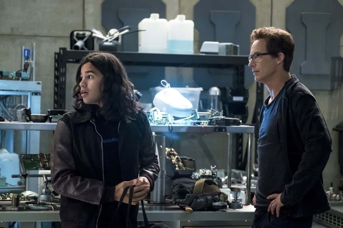 "The Flash -- ""Elongated Journey Into Night"" -- Image Number: FLA404b_0028b.jpg -- Pictured (L-R): Carlos Valdes as Cisco Ramon and Tom Cavanagh as Harrison Wells -- Photo: Katie Yu/The CW -- © 2017 The CW Network, LLC. All rights reserved."