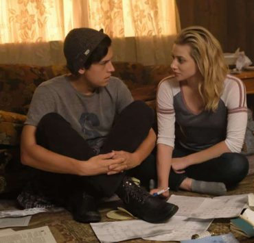 "Riverdale -- ""Chapter Seventeen: The Town that Dreaded Sundown"" -- Image Number: RVD204b_0302.jpg -- Pictured (L-R): Cole Sprouse as Jughead Jones and Lili Reinhart as Betty Cooper -- Photo: Bettina Strauss/The CW -- © 2017 The CW Network. All Rights Reserved"