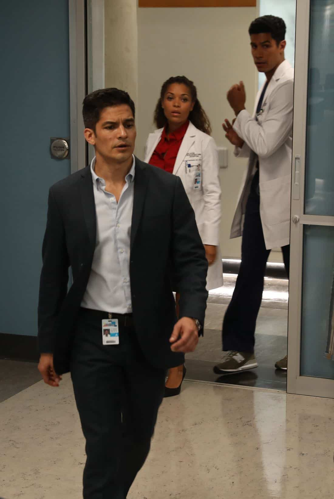 """THE GOOD DOCTOR - """"22 Steps"""" - Dr. Shaun Murphy has to confront prejudice from an unlikely source when he takes on the case of a patient with autism, and Dr. Jared Kalu has to learn to accept his limitations as a surgeon. """"The Good Doctor"""" airs MONDAY, NOV. 13 (10:01-11:00 p.m. EST), on The ABC Television Network. (ABC/Jack Rowand) NICHOLAS GONZALEZ, ANTONIA THOMAS, CHUKUMA MODU"""