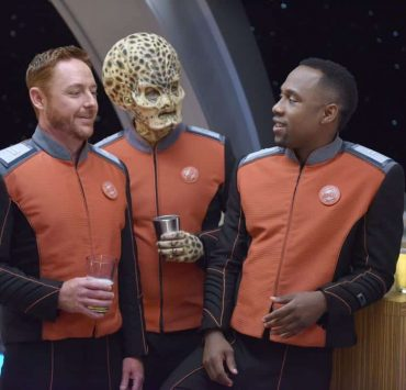 "THE ORVILLE: L-R: Scott Grimes, guest star Mike Henry, and J Lee in the ""New Dimensions"" episode of THE ORVILLE airing Thursday, Nov. 30 (9:01-10:00 PM ET/PT) on FOX. ©2017 Fox Broadcasting Co. Cr: Michael Becker/FOX"