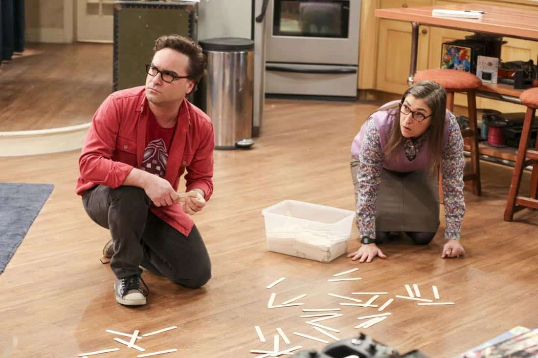 """""""The Solo Oscillation"""" -- Pictured: Leonard Hofstadter (Johnny Galecki) and Amy Farrah Fowler (Mayim Bialik). When Sheldon kicks Amy out to work solo, she and Leonard bond during a series of science experiments. Also, Bert the geologist replaces Wolowitz in the band Footprints on the Moon, and Sheldon finds Penny a surprising source of scientific inspiration, on THE BIG BANG THEORY, Thursday, Jan. 11 (8:00-8:31 PM, ET/PT) on the CBS Television Network. Laurie Metcalf returns as Sheldon's mother, Mary. Photo: Michael Yarish/Warner Bros. Entertainment Inc. © 2017 WBEI. All rights reserved."""