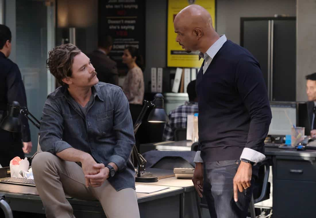 "LETHAL WEAPON: Pictured L-R: Clayne Crawford and Damon Wayans in the ""Double Shot of Bailey's"" episode of LETHAL WEAPON airing Tuesday, Jan. 16 (8:00-9:00 PM ET/PT) on FOX. ©2017 Fox Broadcasting Co. CR: Darren Michaels/FOX"